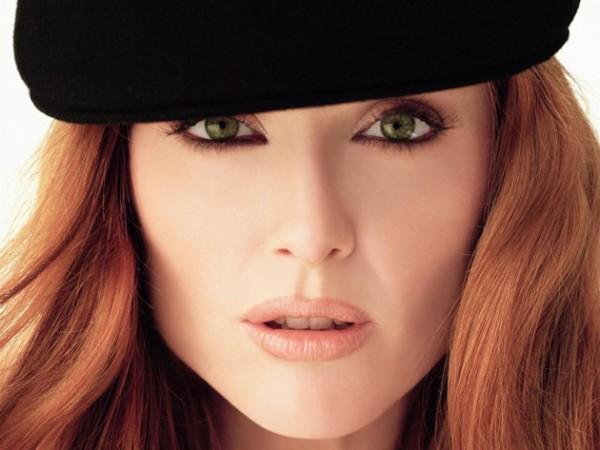 Mulher ruiva com olhos verdes, tendência de cores de cabelo par ao inverno 2015