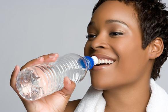 beber água para hidratar o cabelo seco