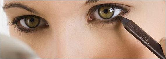 maquiagem na linha dos olhos com lápis