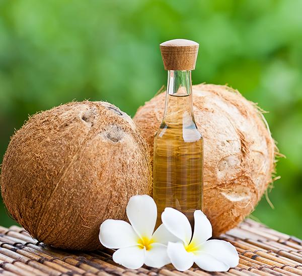 óleo de coco para combater o frizz no cabelo