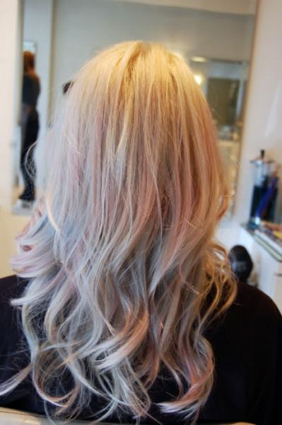 foto de mulher com o cabelo colorido