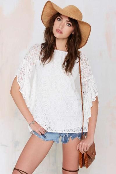 mulher usando blusa branca em renda