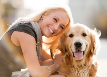 mulher e seu cachorro