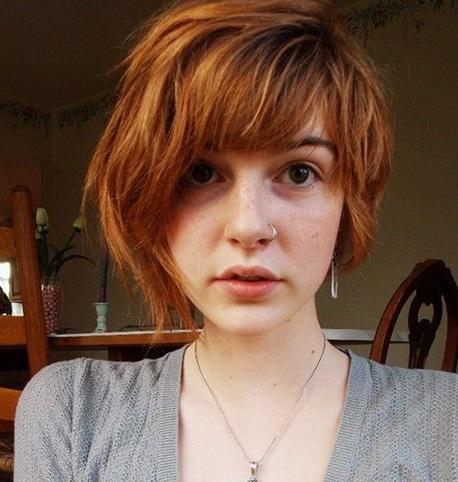 jovem de cabelo curto