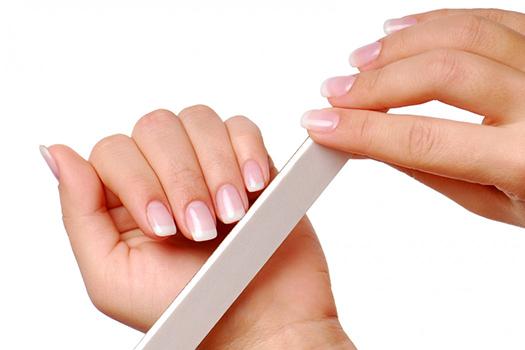 lixando as unhas