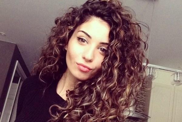 mulher com os cabelos cacheados