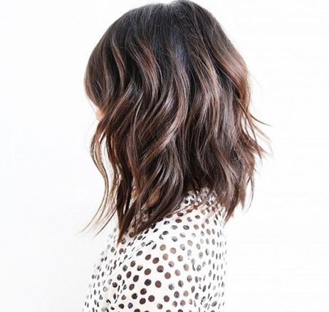 mulher com corte de cabelo médio