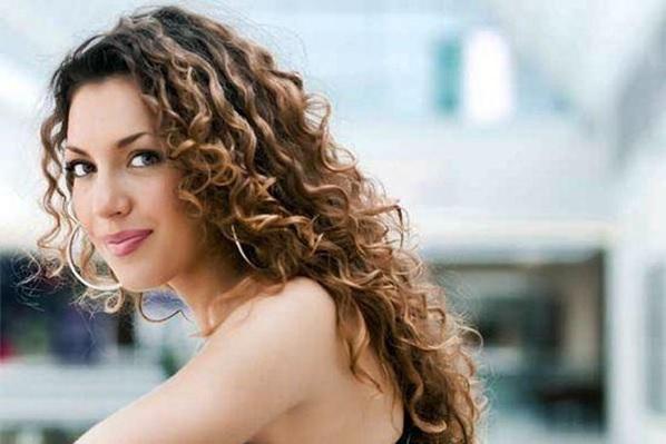 mulher com os cabelos ondulados