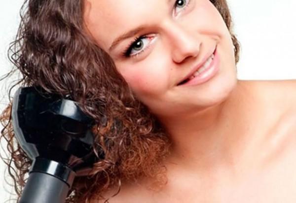 mulher cuidando dos cabelos cacheados e ondulados