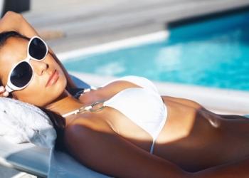mulher curtindo verão