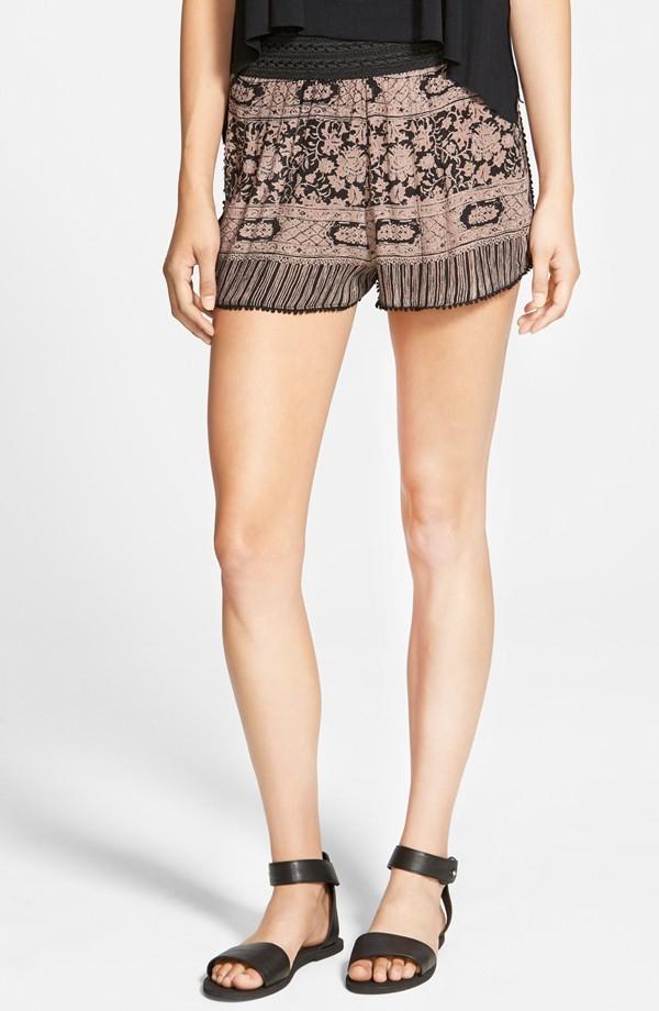 Shorts com estampas monocromáticas