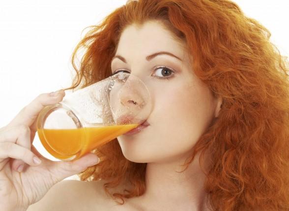 mulher bebendo suco de cenoura