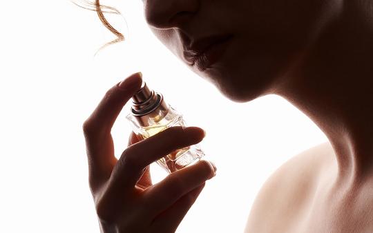 Mulher com perfume