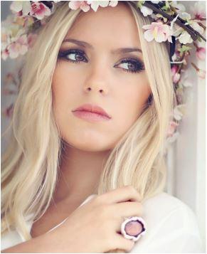 Noiva com uma coroa de flores