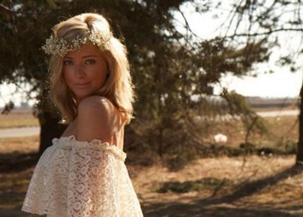 Noiva usando tiara de flores