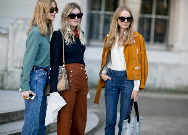 Mulheres usando calça de cintura alta