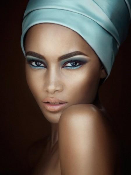 Mulher negra usando maquiagem