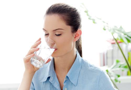 garota bebendo água