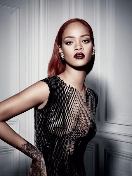 Rihanna de batom vermelho metálico
