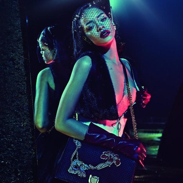 Rihanna usando batom metálico