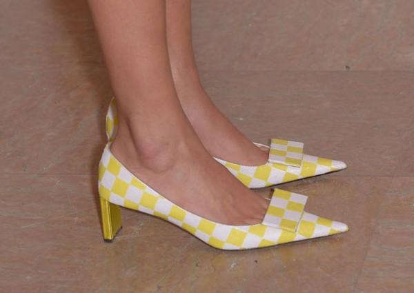 Sapato de bico fino, quadriculado em branco e amarelo, salto baixo