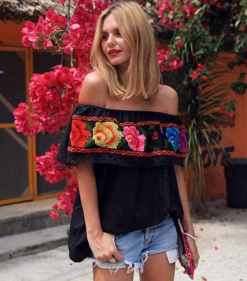 Blusa preta com decote ombro a ombro com estampa floral