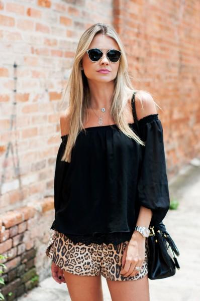 blusa preta com decote ombro a ombro