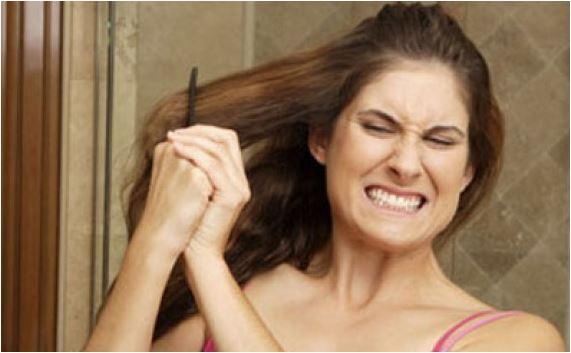 Mulher desembaraçando o cabelo