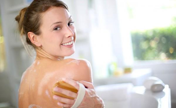 Mulher hidratando o corpo