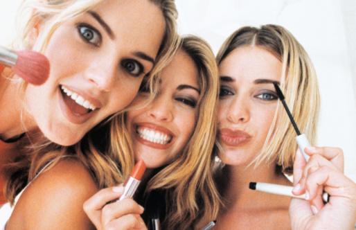 Mulheres com produtos de maquiagem