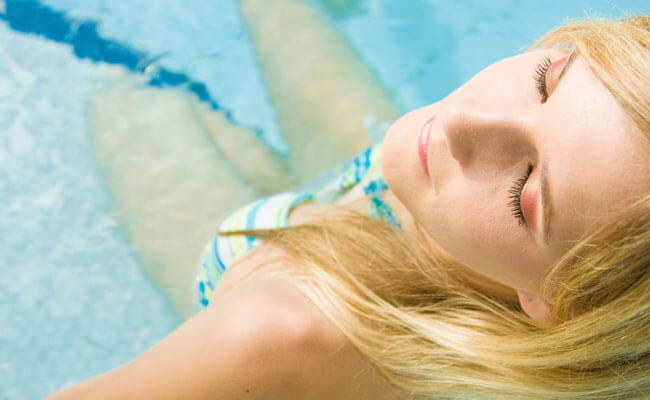 cabelo loiro na piscina