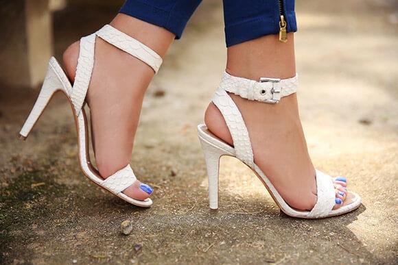 sandália com tiras