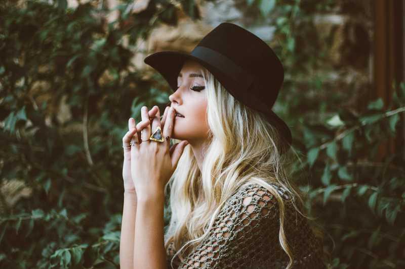 Foto de uma moça usando jóias