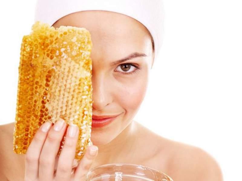 Como usar o mel para tirar manchas do rosto