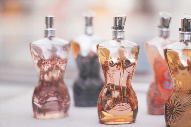 """Essa é outra situação de """"perfume dos anos 90, onde a garrafa é tão famosa quanto a própria fragrância"""", talvez até mais que Angel!"""