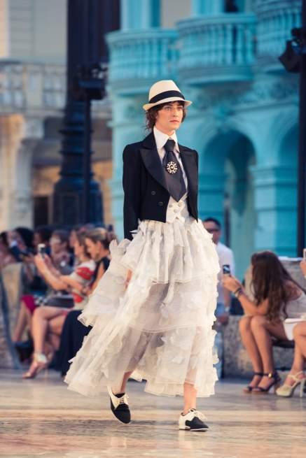 No desfile Cruise 2016/17 da Chanel em Cuba a proposta para os looks femininos é apostar numa pegada masculina.