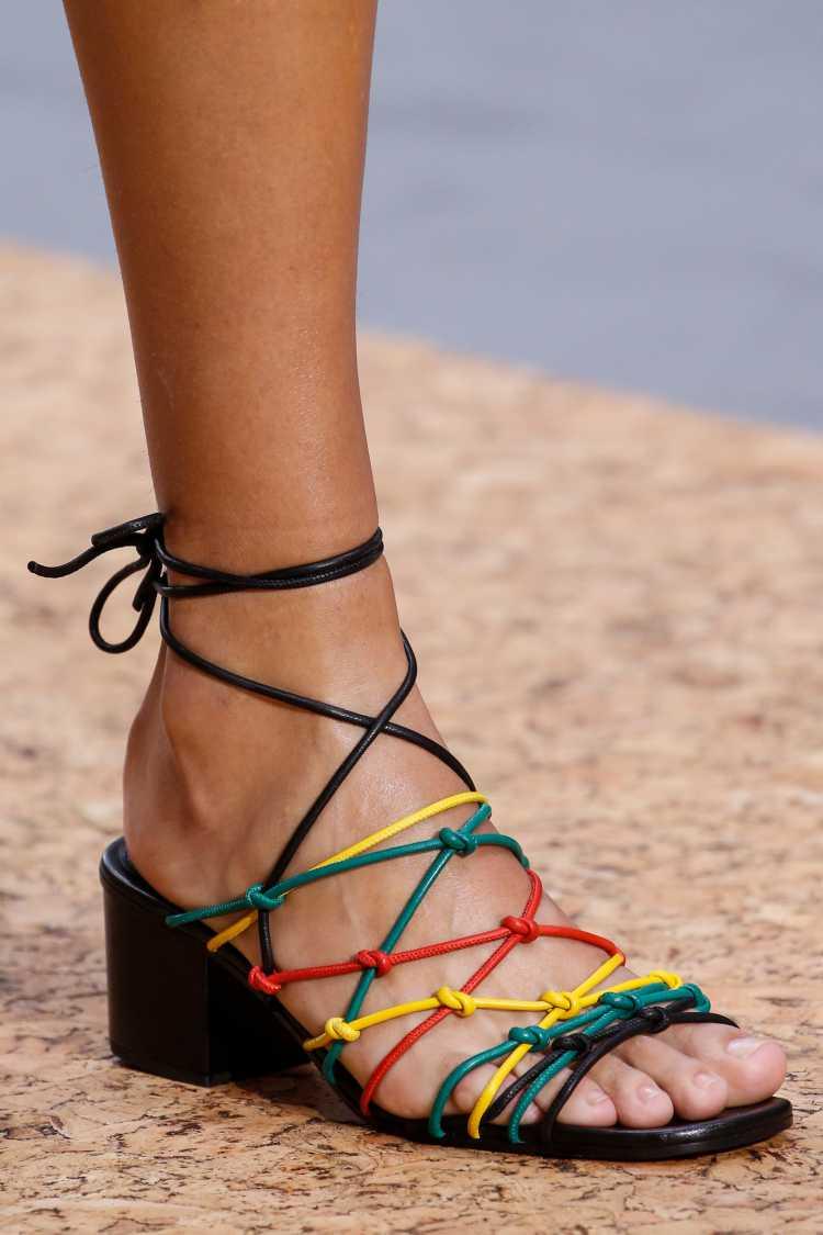 belas sandálias de tiras invadiram desfiles de grifes como a Chloé