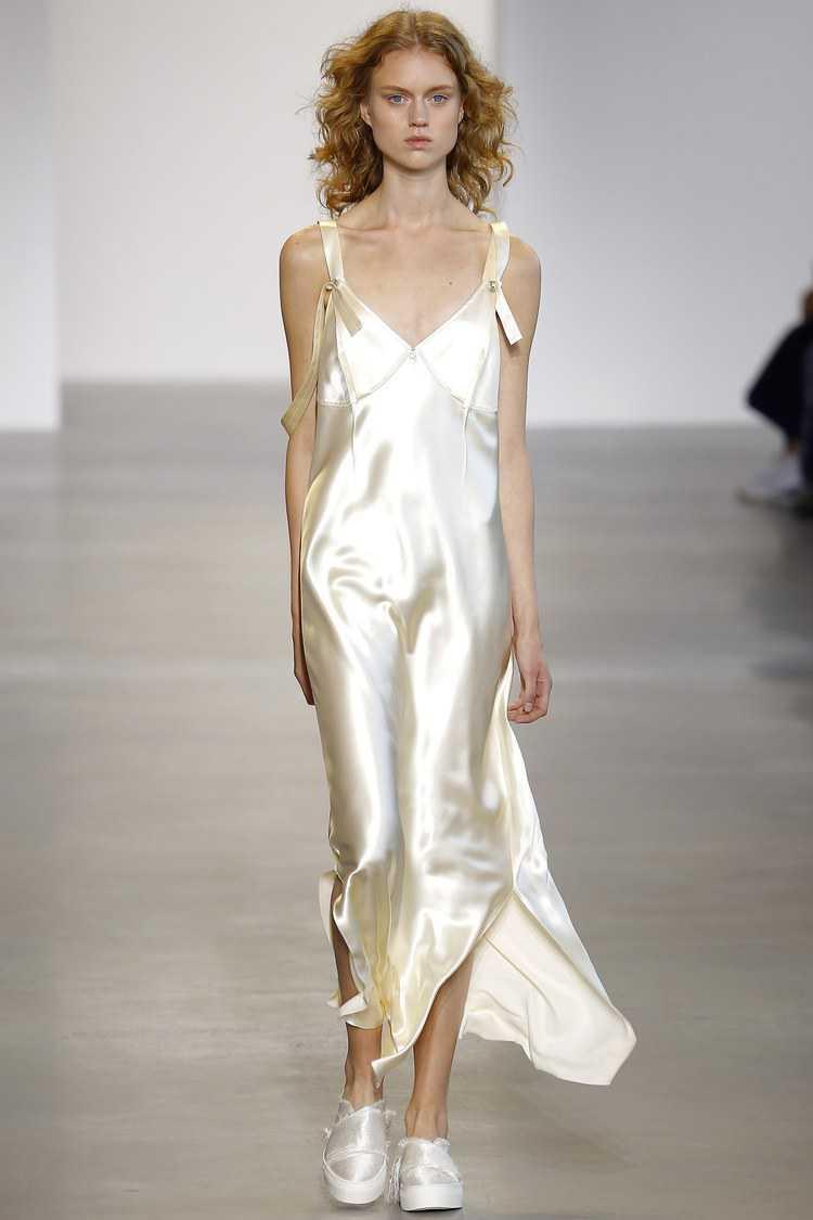 No desfile da Calvin Klein vimos uma peça que traduz essa tendência, o famoso slip dress (vestido camisola) ficou ainda mais fashionista com o corte assimétrico