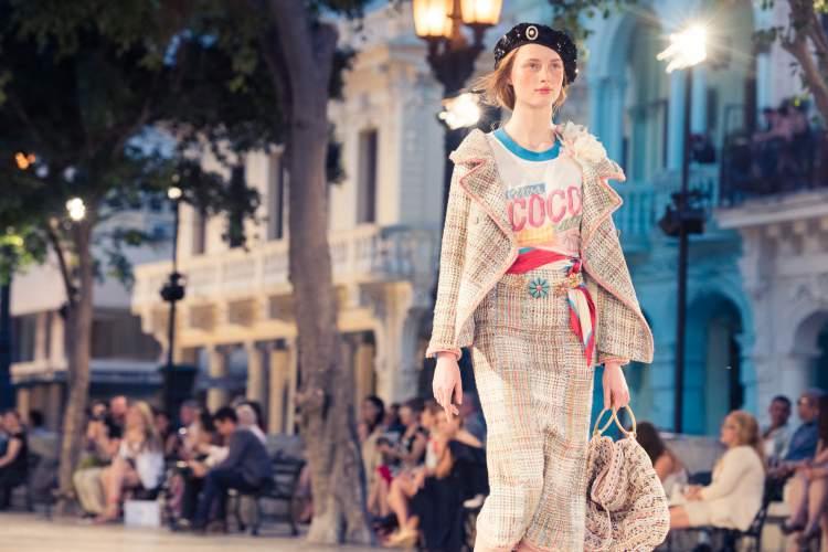 Por mais curioso que pareça uma das peças que mais fez sucesso no desfile Cruise da Chanel em Cuba foi a t-shirt com cara de desbotadinha.