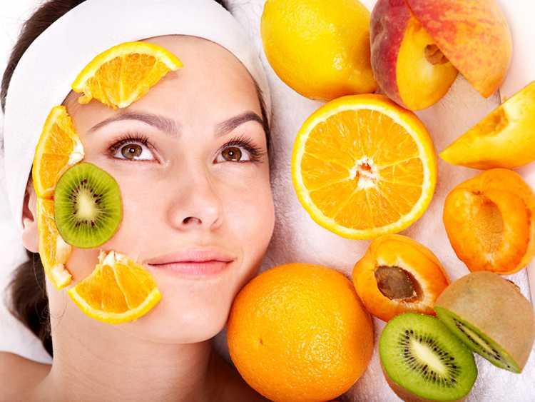 Precisamos manter uma alimentação rica em antioxidantes que são os combatentes dos radicais livres que causam o envelhecimento da pele.