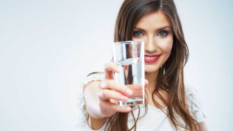 A água é essencial para a vida e além de deixar a pele bonita também contribui para a eliminação de toxinas do organismo.