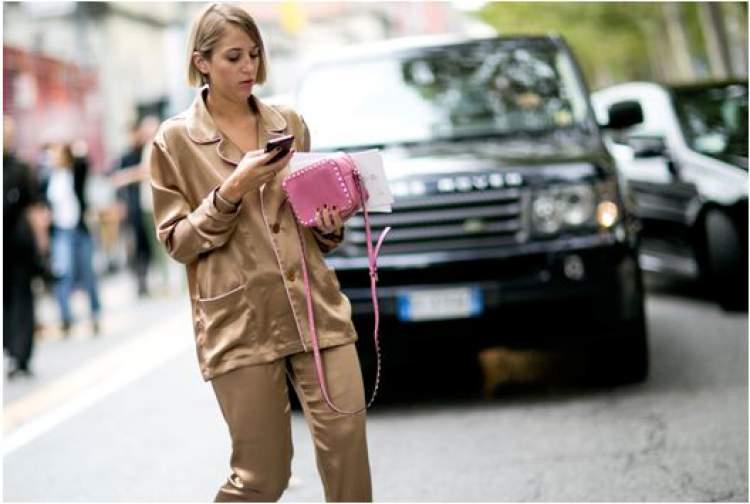 Mulher de pijama na rua