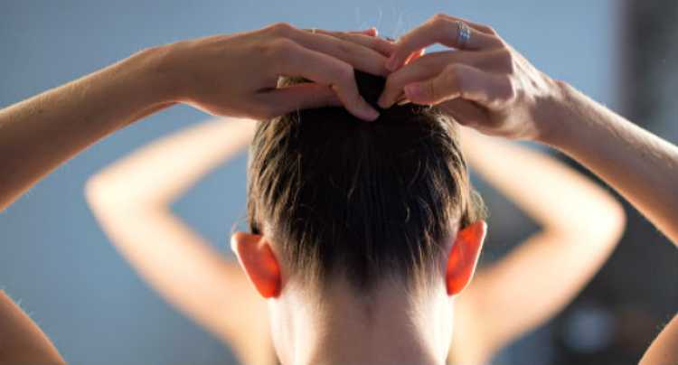 Uma outra dica é investir em um tratamento com óleo nas pontas durante a noite para acordar com os cabelos com uma aparência saudável