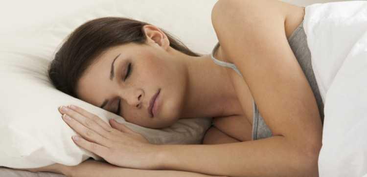 dormir bem ajuda manter a pele mais jovem