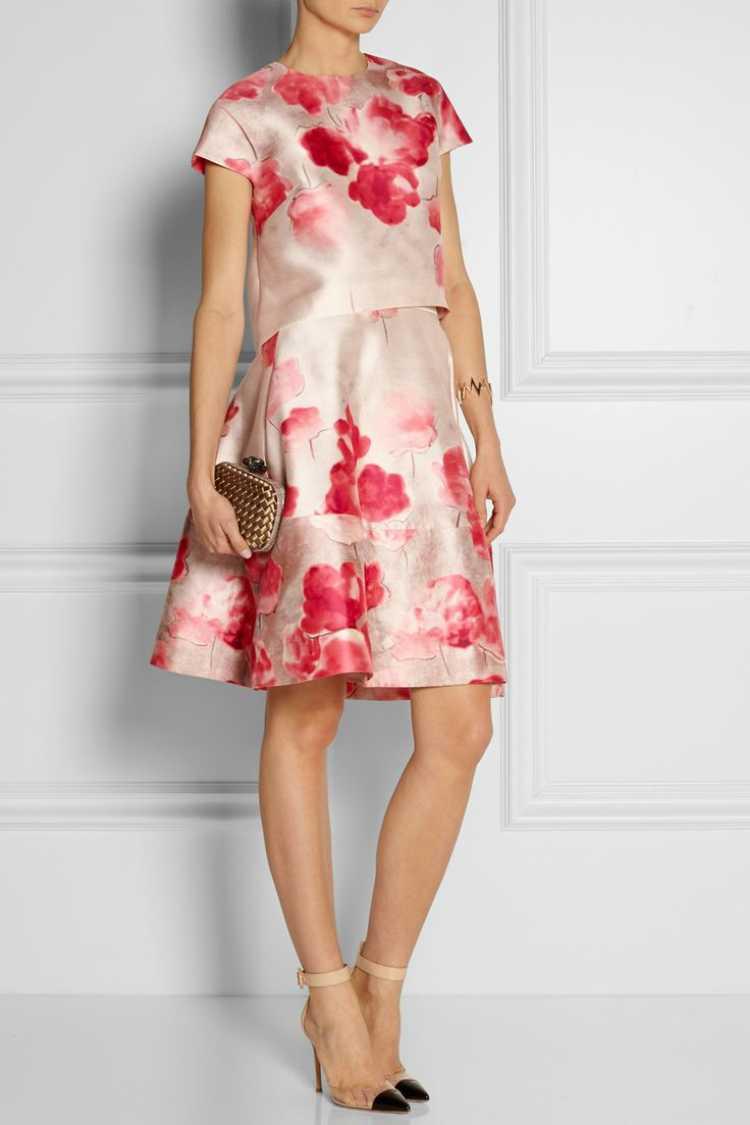 O tema floral ganha uma releitura a partir do momento que aparece em tecidos e matérias diferenciados como cetim, denim e até mesmo acabamentos em PVC. Nada de flores convencionais.