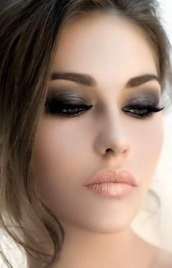 Outra dica é investir em um olho esfumado e uma boca nude, é a maquiagem ideal para noivas que não querem arriscar nesse grande dia