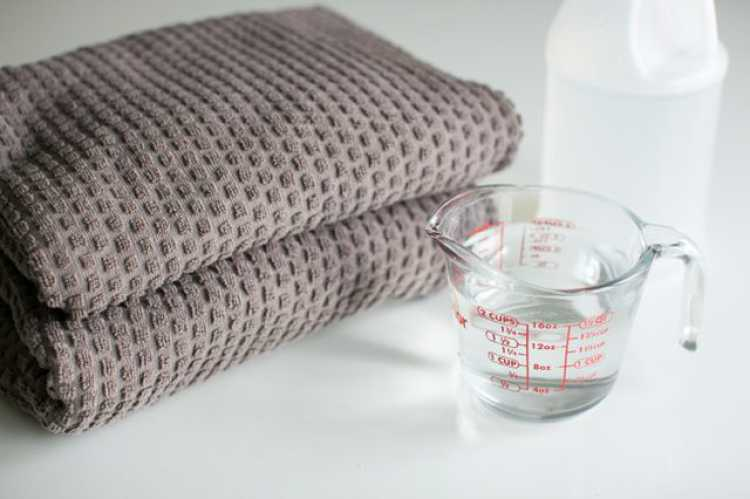 O ácido acético do vinagre branco elimina quaisquer resíduos de sabão que possam ter se acumulado na roupa.