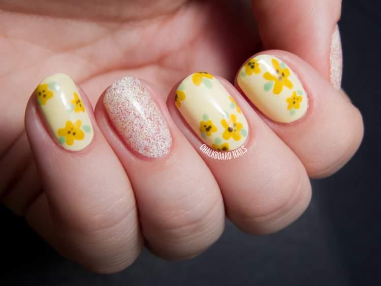 unhas com flores amarelas