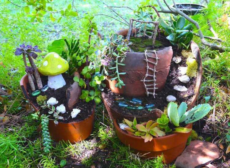 vasos quebrados na decoração do quintal