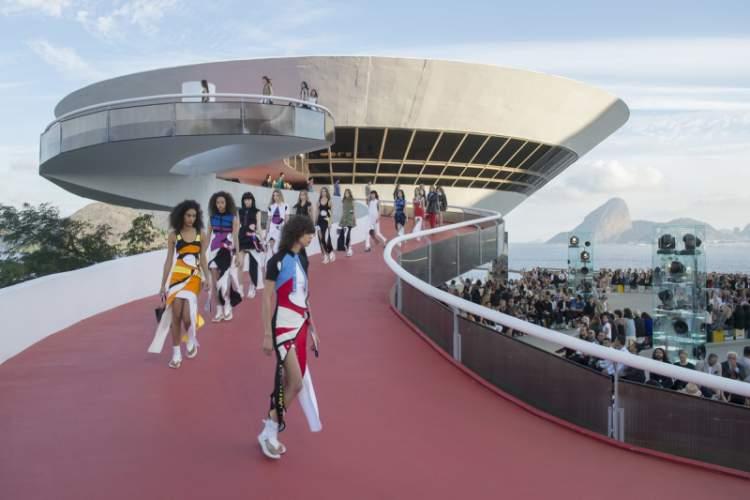 Louis Vuitton - Desfile Cruise no Rio de Janeiro, Bolsa Rádio e Futebol em Destaque